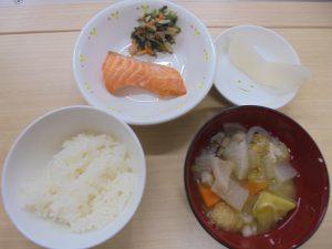 27日(金)メニュー ・ごはん ・鮭の塩焼き ・のりず和え ・さつま汁 ・なし シンプルな和食🎵