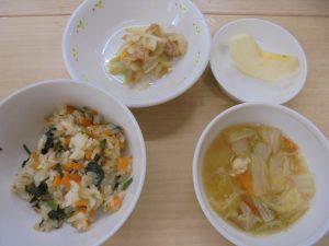 20日(金)メニュー ・野菜チャーハン ・ツナ和え ・春雨スープ ・りんご お野菜たっぷり♡